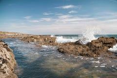 波浪在海飞溅并且晃动 免版税图库摄影