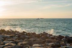 波浪在落日的土墩打破 免版税库存照片