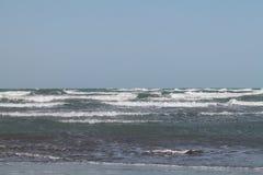 波浪在里海 阿塞拜疆 秃头 海边 冬天 免版税库存照片