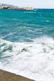波浪在雅尔塔,克里米亚临近江边 库存图片