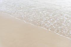 波浪对海滩 免版税库存图片