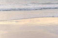 波浪对海滩 库存照片