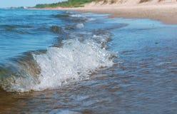 波浪或波纹在水,背景海水 免版税库存照片