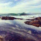 波浪打破和岩石水池 库存图片