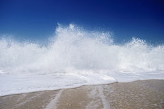 波浪打破-夏天背景 库存照片