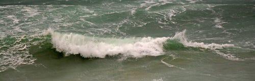波浪打破 库存照片
