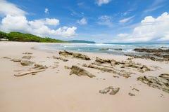 波浪沙子海滩和云彩晴天 免版税库存图片