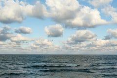 波浪海和云彩 库存图片