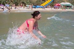 波浪海浪的美丽的女孩 库存照片