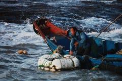 波浪的一位渔夫 免版税图库摄影