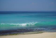 波浪的上升与飞溅的在岸附近 库存图片