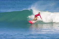 波浪的冲浪者女孩 库存照片