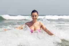 波浪的愉快的女孩 库存图片
