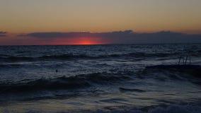 从波浪的日出 免版税图库摄影