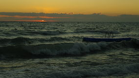 从波浪的日出 库存照片