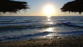 从波浪的日出 库存图片