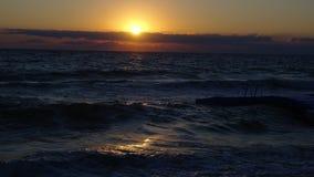 从波浪的日出 免版税库存照片