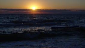 从波浪的日出 免版税库存图片