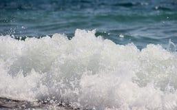 从波浪的浪花 免版税库存图片