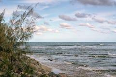 波浪的渔夫 免版税图库摄影