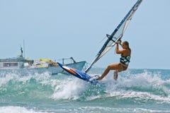 波浪的风帆冲浪者妇女 免版税库存图片