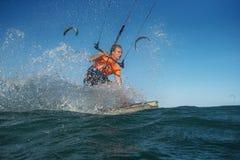 波浪的风筝Boarding.Kite冲浪者 免版税库存照片