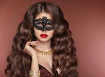 波浪的头发 美丽的深色的女孩 构成 红色的嘴唇 时尚la 免版税库存照片