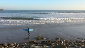 波浪碰撞和横渡在维特纳,加利福尼亚,美国的冲浪者海滩 股票视频