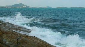 波浪碰撞在苏梅岛小伙子酸值观点的岩石 股票视频