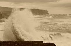 波浪碰撞, Azenhas毁损,辛特拉,葡萄牙 免版税库存照片