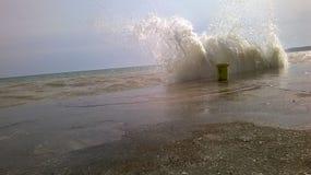 波浪碰撞 免版税图库摄影