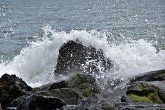 波浪碰撞 免版税库存图片