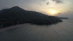 波浪空中射击和在素林的美好的日落在普吉岛靠岸 股票视频