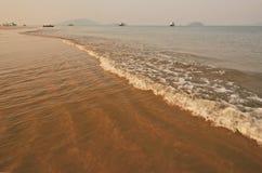 波浪空白线路在海滩的 免版税库存图片
