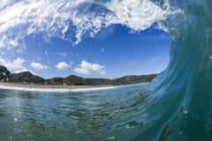 波浪管材,北部Piha,新西兰 免版税图库摄影