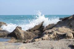 波浪蓝色海石头猛冲自然背景 免版税库存图片