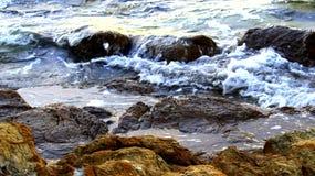 波浪被投掷对岸 美丽的白色波浪 库存照片
