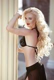 波浪长期的头发 在黑比基尼泳装posin的美好的性感的妇女模型 免版税库存照片