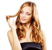 波浪长期美丽的女孩的头发 免版税图库摄影