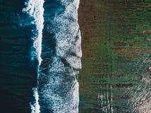 波浪顶视图在热带海洋和礁石,空中寄生虫射击的 免版税库存照片