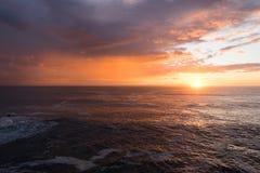 波浪飞溅和日落 免版税库存照片