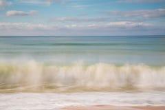 波浪飞溅的模糊的行动 免版税库存图片