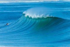 波浪高峰海洋冲浪的风景 免版税库存图片