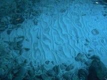 波浪水下的沙子 库存图片