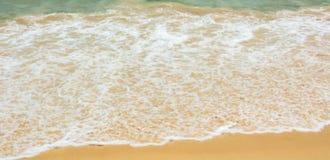 波浪击中了海滩 免版税库存照片