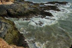 波浪洗涤沿海岩石 图库摄影