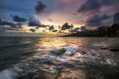 波浪崩溃岩石在海 库存图片