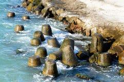 波浪破碎机tetrapods 库存图片