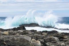 波浪击碎 库存照片