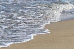 波浪细节在海滩的 免版税库存照片
